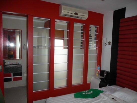 Erus Suites Hotel: номер, который дали изначально и который мы поменяли