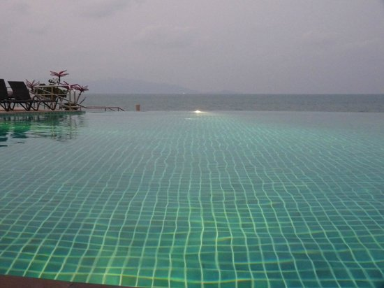 Samui Buri Beach Resort : infinity-pool !