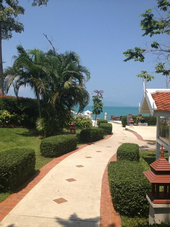 Samui Buri Beach Resort : way to the pool, the beach, the fitness center, the restaurant...