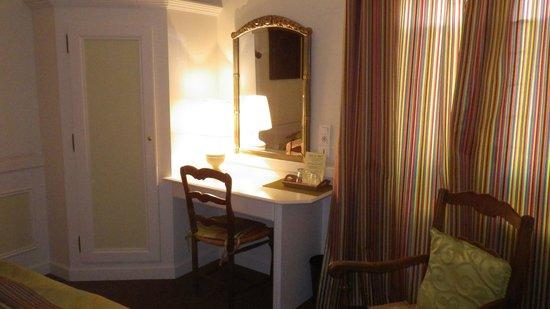 Hotel du Parc: espace du lit 90