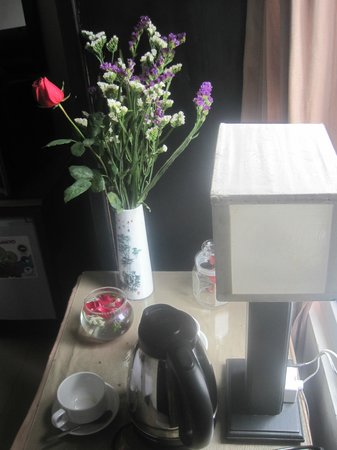 Jade Hotel: Flowers in the bedroom