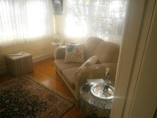 Shelton-Lea B&B : Allambie lounge area - love the way the morning sun shines in