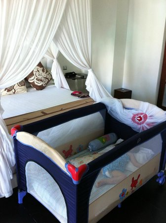 Nunia Boutique Villas: King bed & bb cot