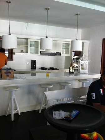 Nunia Boutique Villas: Dining + kitchen