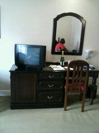 Twin Trees Hotel: rm 266 downhill house hotel office desk with mirror