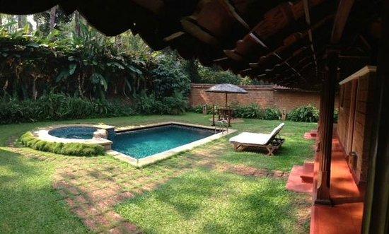 Orange County, Coorg: Backyard of Pool Villa