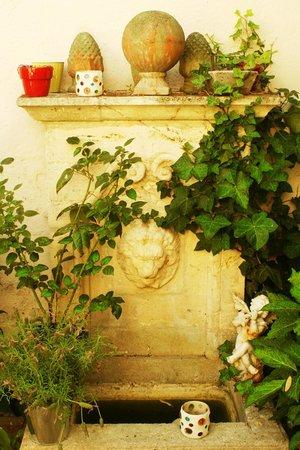 Fontaine du patio photo de la maison du palmier la for La maison du palmier