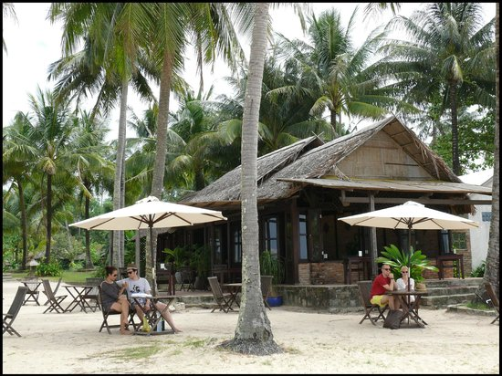 Mai House Resort: The Bar & Restaurant on the beach