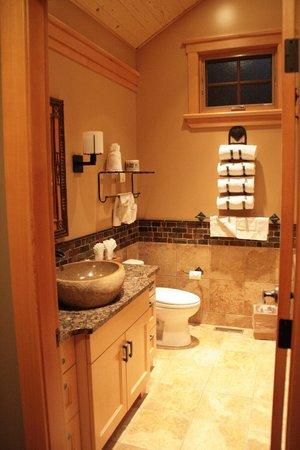 Alpine Village Cabin Resort - Jasper: bath