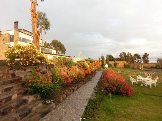 Taypikala Lago: Hotelansicht von der Seeseite