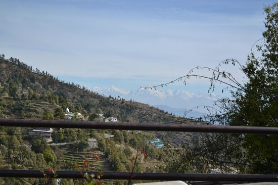 Mukteshwar Mountain Trails Resort: View of the Himalayas from the Front lawn
