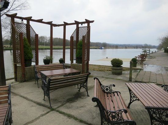 The Beetle & Wedge Boathouse: Outside dining - by the Thames