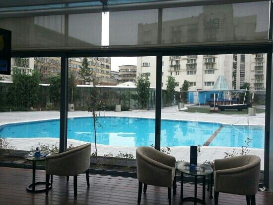 Radisson Blu Hotel Bucharest: outdoor pool (seasonal)