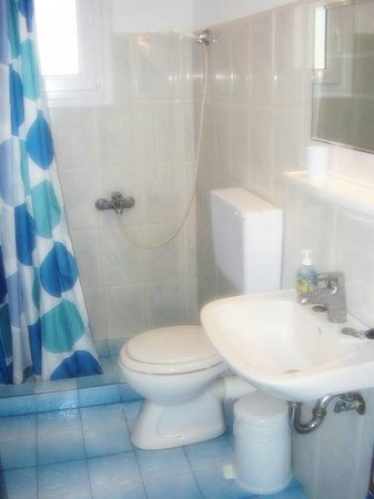 Ikaros Studios & Apartments: Bathroom