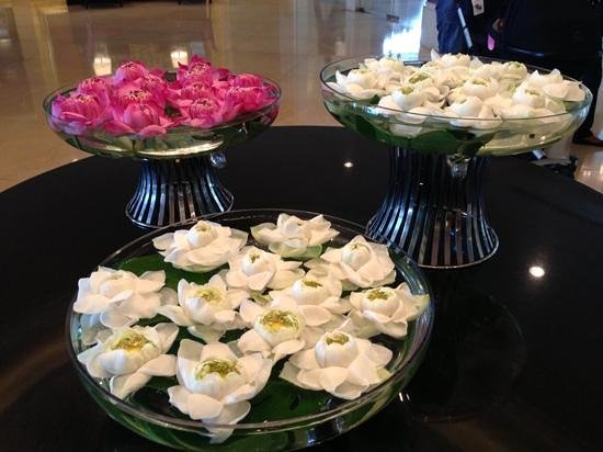 Shangri-La Hotel,Bangkok: flowers in the lobby
