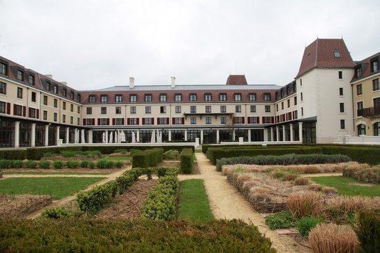 Radisson Blu Hotel at Disneyland Paris: jardin de l'hôtel , au calme