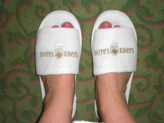 Hotel Eberl: Hotel slippers in bedroom