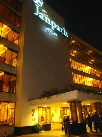 The Janpath Hotel: Außenansicht bei Nacht