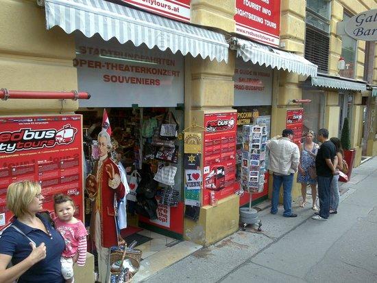 Red Bus City Tours: билет продается в этом сувенирном магазинчике