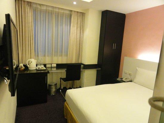 Yes Hotel: 部屋はシンプルで清潔感があります