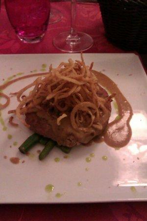 Restaurante Méli-Mélo: Hamburguesa de Carne con Boletus sobre cama de trigueros, acompañados de salsa de ciruela y aros