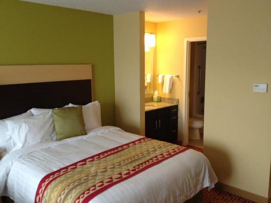TownePlace Suites Vincennes: Bed, washing/makeup area, bath behind that