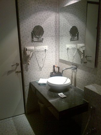 Amogh Boutique Hotel: The clean bathroom
