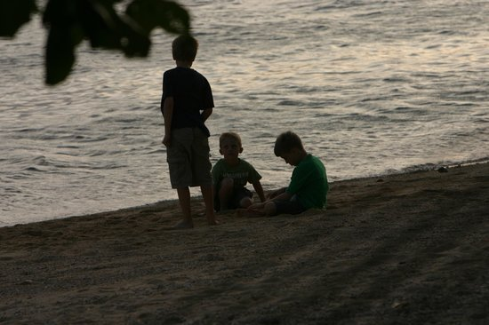 "Malolo Island Resort: Kids having fun at sunset - while parents ""drink"""
