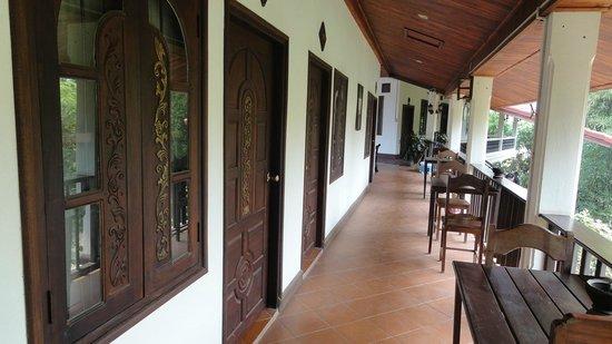 Vangsavath Hotel: Corridor outside our room