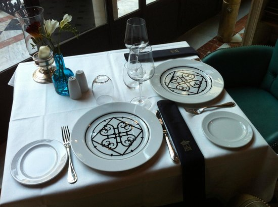 Hotel Alfonso XIII, A Luxury Collection Hotel, Seville: Plates presentation in the coffee shop
