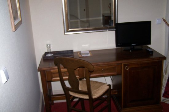 Rocabella Hellinikon Country Hotel: Office Desk With TV + Mini Bar