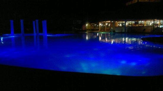 Grand Palladium Palace Resort Spa & Casino: la pileta de noche hermosa