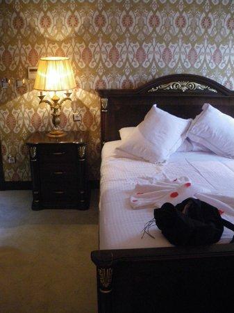 Ayasultan Hotel: Lit de luxe, moquette epaisse....