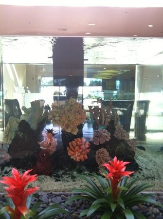 Crowne Plaza Redondo Beach & Marina: fish tank in lobby