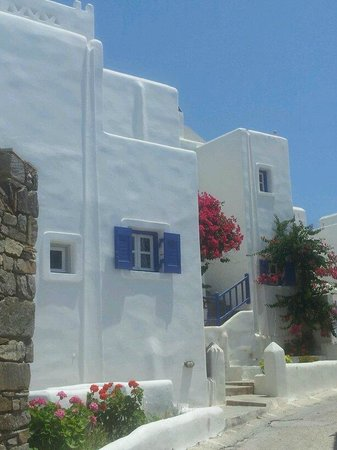 Kallisti Rooms & Apartments: Picture perfect white houses on the walk into Naoussa