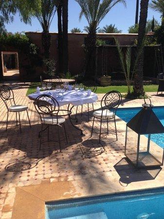 Villa 55: les coins repas autour de la piscine