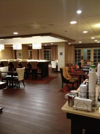 Hampton Inn Charleston - Southridge: breakfast sitting area
