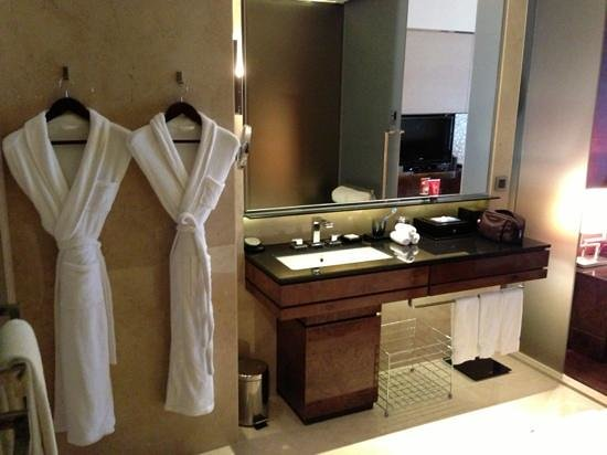 Hilton Guangzhou Tianhe: Bathroom that slides open to enjoin the bedroom