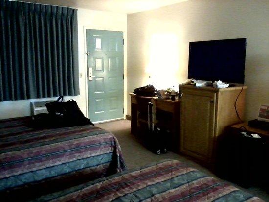 Super 8 Costa Mesa / Newport Beach Area: Decent sized TV w/HBO