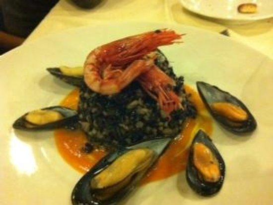 Marina di Pisa, Italien: riso selvaggio al nero di seppia, cozze e gambero rosso di Sicilia