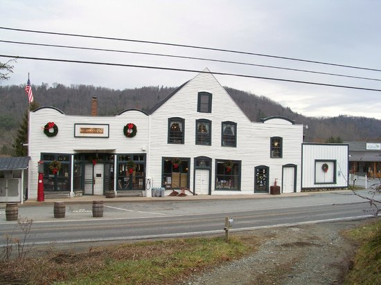 Valle Crucis, Carolina del Norte: Front of store, parking in back