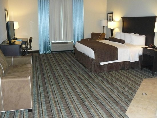 Best Western Plus Chain Of Lakes Inn & Suites: Clean room with modern furnishings