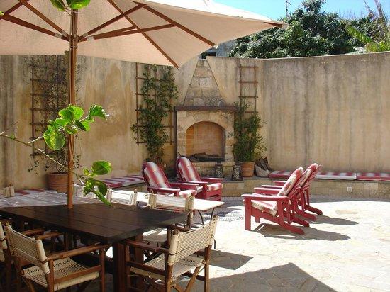 Zacosta Villa Hotel: Yard