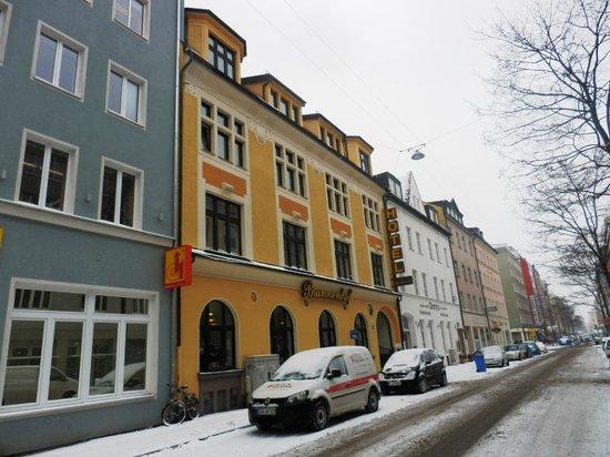 Brunnenhof: Vorderansicht des Hotels