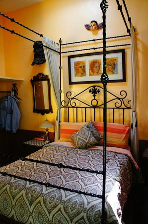 Los Arcos Bed & Breakfast: Smaller Room