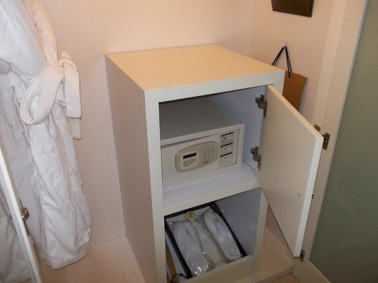 Seagull Hotel Jinshan : cassaforte nella cabina-armadio