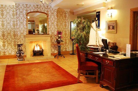 WatersEdge Hotel: Hotel Lobby