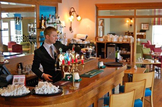 WatersEdge Hotel: Full Service Bar