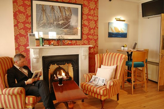 WatersEdge Hotel: bar lounge area