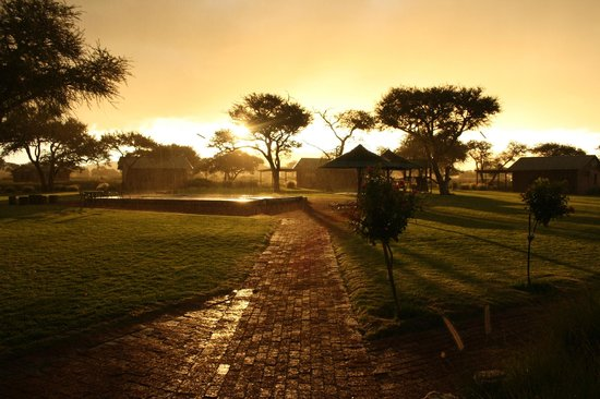 Out of Nature Country Lodge (Wedding and Conference Venue): Sunshine in the rain @ swimmingpool